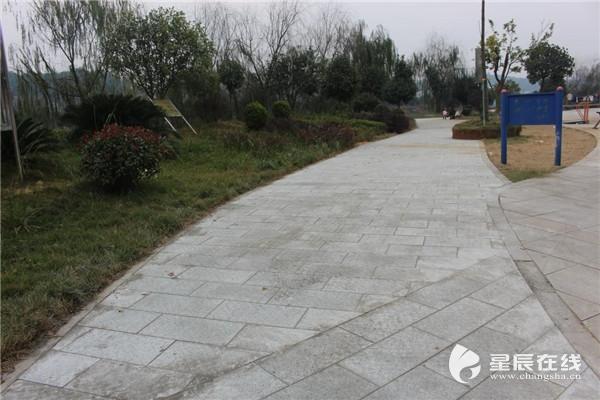 (滨河路大广场地面改造铺设麻石地板约800平米.)