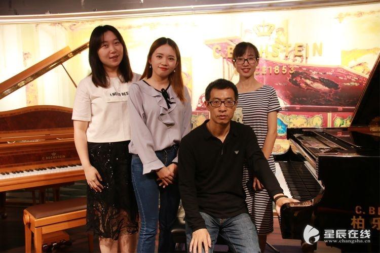 与钢琴合照
