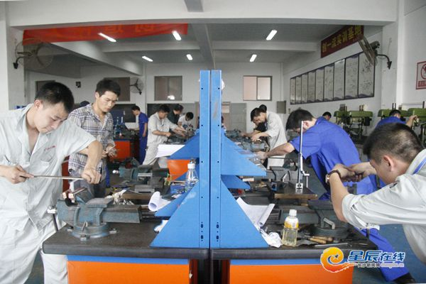 选手们正在参加装配钳工项目的实际操作技能竞赛.-长沙举办职工职