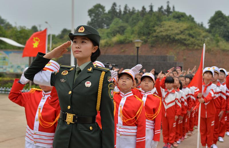 9.3大阅兵长沙籍女兵带领小学生升旗练队列