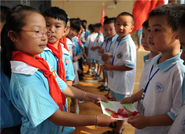 """开学第一课:学生们身穿汉服参加""""蒙学礼"""""""