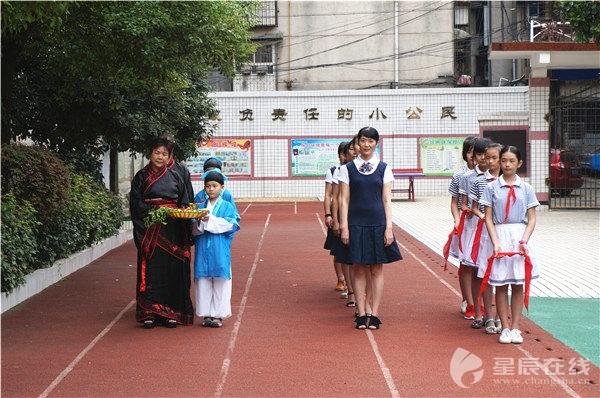 长沙:学生手绘丝巾感恩老师