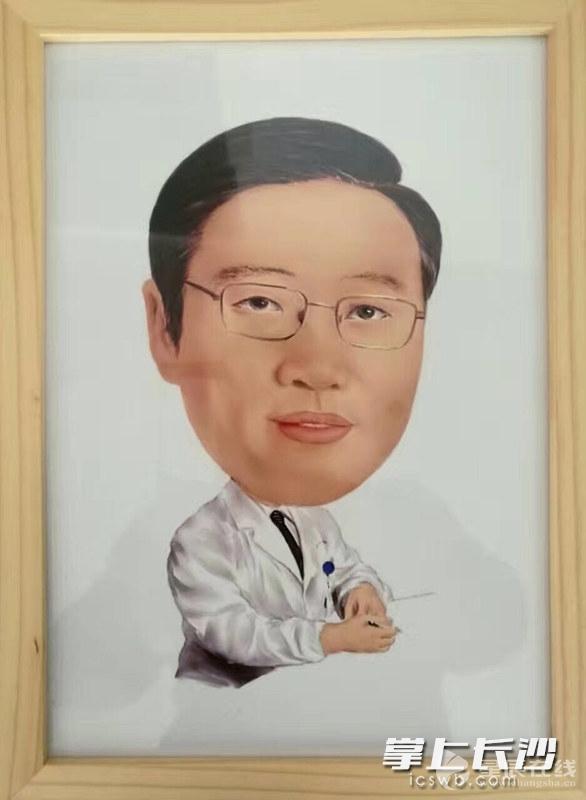 暖新闻:长沙一聋哑小伙手绘漫画谢救命恩人(图)