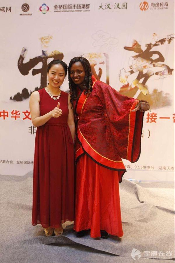 非洲女孩PS 合影 幻想游览中国长沙感受湖湘文