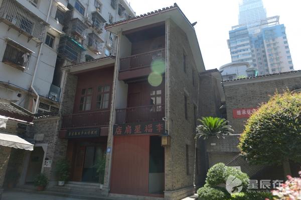 (故居为传统砖木结构三层民居,小青瓦双坡屋面.)