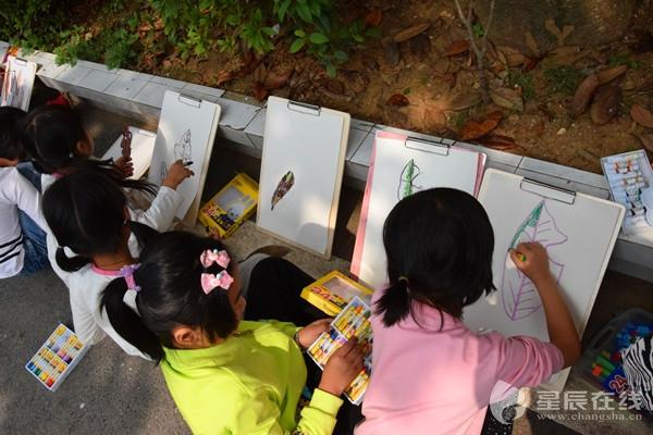 一般的小孩子画画都是拿着铅笔画了又