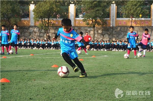 """黄超) """"请两支小学生足球队的队员快速入场,双方握手致意,合影,开球!图片"""
