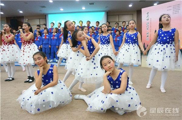 长沙小学生结合原创诗歌纪念澳门回归17周年深圳莲塘排名小学图片